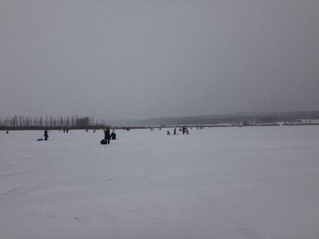 Pilkkijät levittäytyivät laajalle Sääperin jäälle