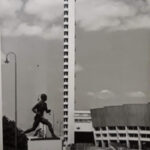 Paavo Nurmen juoksijapatsas. Taustalla Stadionin torni