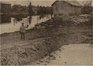Maanviljelijä Eino Kontiainen osoitta pumppuaseman paikkaa Haponojan ja Jänisjoen yhtymäkohdassa. Kuva: Karjalainen